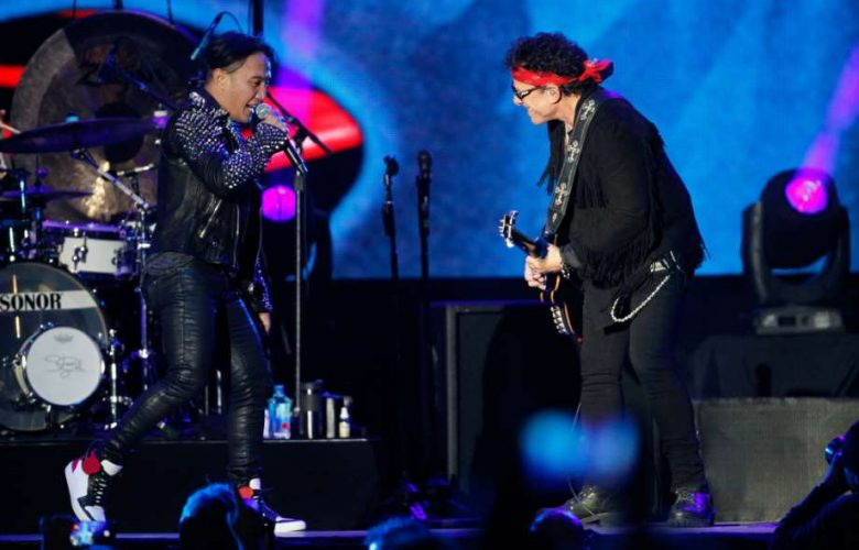 2016 lead guitarist Neal Schon with travel lead singer Arnel Pineda. Photo: Mathew Sumner, Chronicles Special / ONLINE_YES